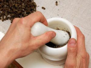 В ступке толкут пчелиный подмор
