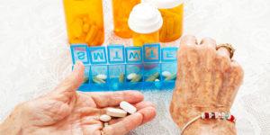 Таблетки в руках и коробочки для таблеток
