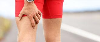 У человека болит нога