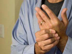 Руки пожилого мужчины