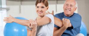 Мужчина и женщина выполняют упражнение