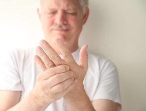 У мужчины болит рука