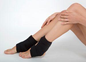 Чёрные повязки на ногах