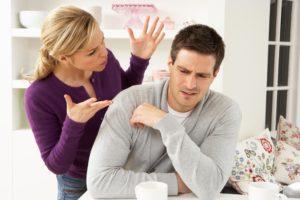Девушка сердится на мужчину