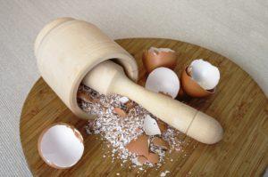 Измельчённая яичная скорлупа и ступка