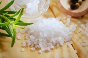 Горсть соли на деревянной поверхности