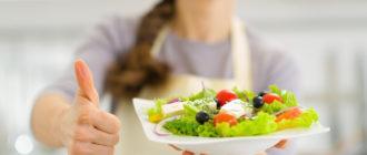 Девушка протягивает тарелку с едой