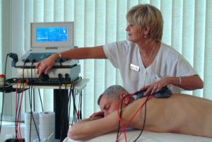 Мужчина лечится электротерапией