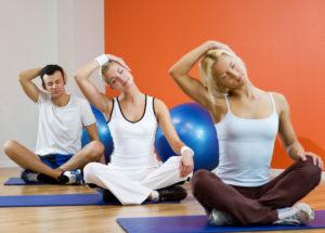 Три человека выполняют упражнение