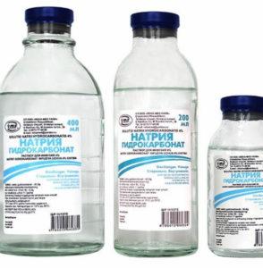Три банки с раствором хлорида натрия