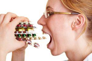 Девушка принимает много таблеток