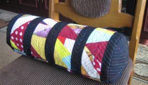Подушка-валик на стуле