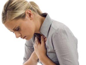 У девушки болит за грудиной