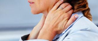 Женщина испытывает боль в шее