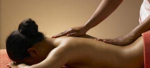 Девушке делают массаж спины