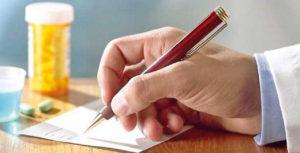 Врач пишет ручкой
