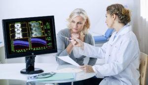 Врач объясняет пациентке анализ снимка