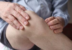 Согнутое колено пожилого мужчины