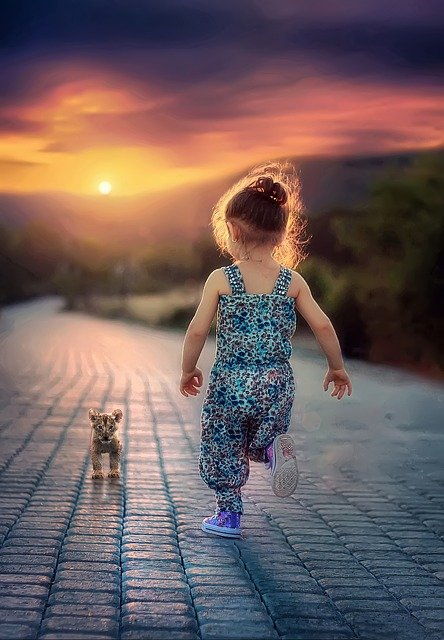 Ребёнок бежит